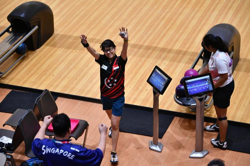 Bowler Joey Yeo giving high-five to national head coach Mr Helmi Chew, at