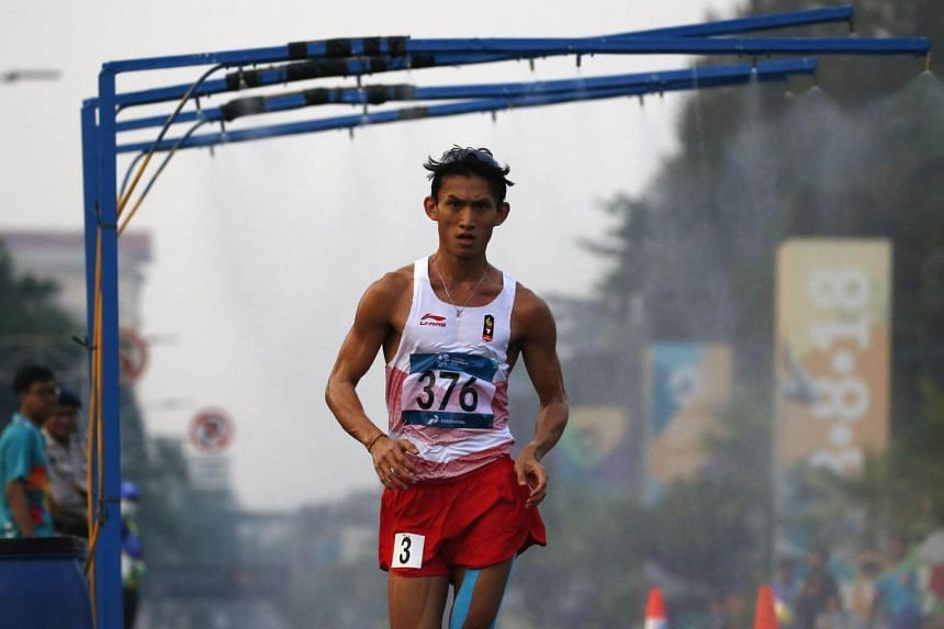 Hendro collapsed after pounding the Indonesian capital's smoggy streets for more than four and a half hours in 31 Celsius heat to finish last, in the Asian Games' slowest 50km walk in nearly three decades.