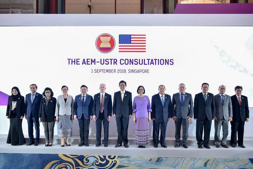 Trade and Industry Minister Chan Chun Sing poses for a photo with economic ministers from the various Asean countries.