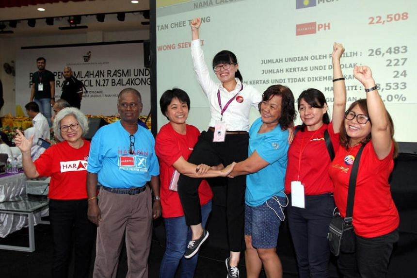 Pakatan Harapan's Wong Siew Ki (centre) won the Balakong by-election with 22,508 votes, against the Malaysian Chinese Association's Tan Chee Teong, who obtained 3,975.