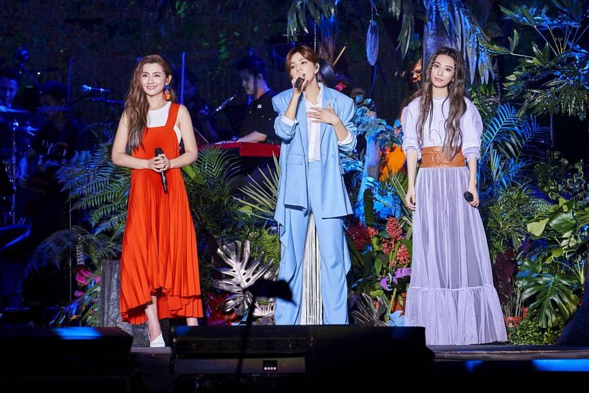 S.H.E  sang for an estimated 50,000 fans at the outdoor plaza of the National Theatre and Concert Hall in Taipei.