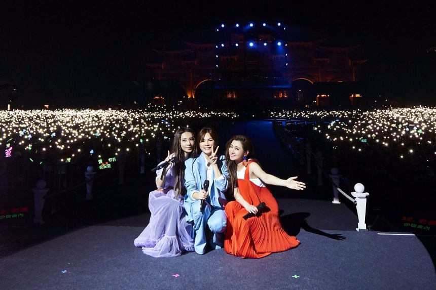 S.H.E. sang for an estimated 50,000 fans at the outdoor plaza of the National Theatre and Concert Hall in Taipei.