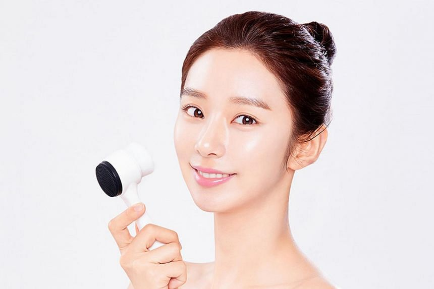 The Aprilskin All Kill Pore Brush. Lather your face with foam or soap cleanser and gently exfoliate with the 400,000 ultra-soft, cloud-white bristles on one side of the brush.