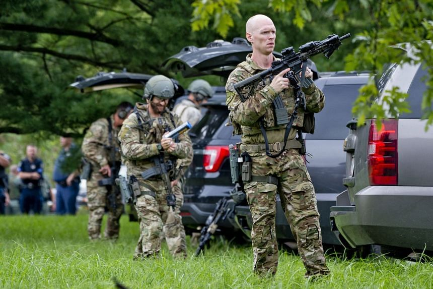FBI tactical agents prepare as police search for the gunman in Maryland on Sept 20.