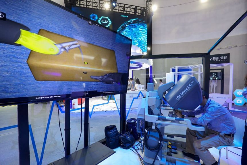 A visitor experiences the da Vinci Si robotic surgical system by Intuitive during the World Artificial Intelligence Conference 2018 in Shanghai on Sept 18, 2018.