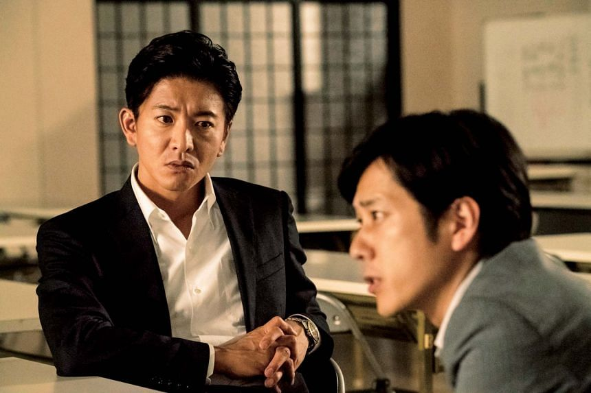 In Killing For The Prosecution, public prosecutor Mogami (Takuya Kimura) is a charismatic lecturer who leaves an impression on the idealistic Okino (Kazunari Ninomiya) and later becomes his boss.
