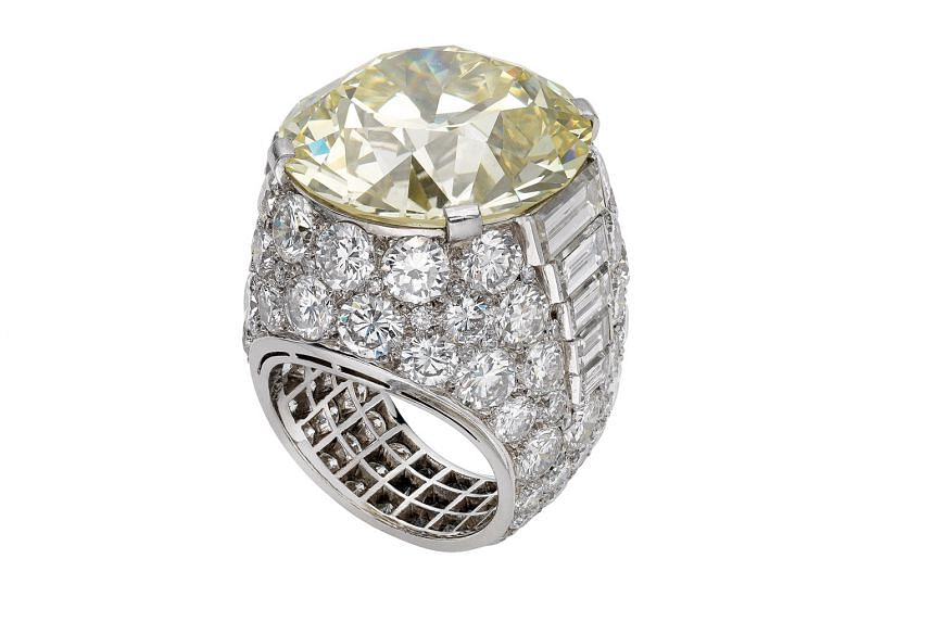 Trombino ring in platinum with diamonds, with a central yellow diamond that weighs more than 25 carats.