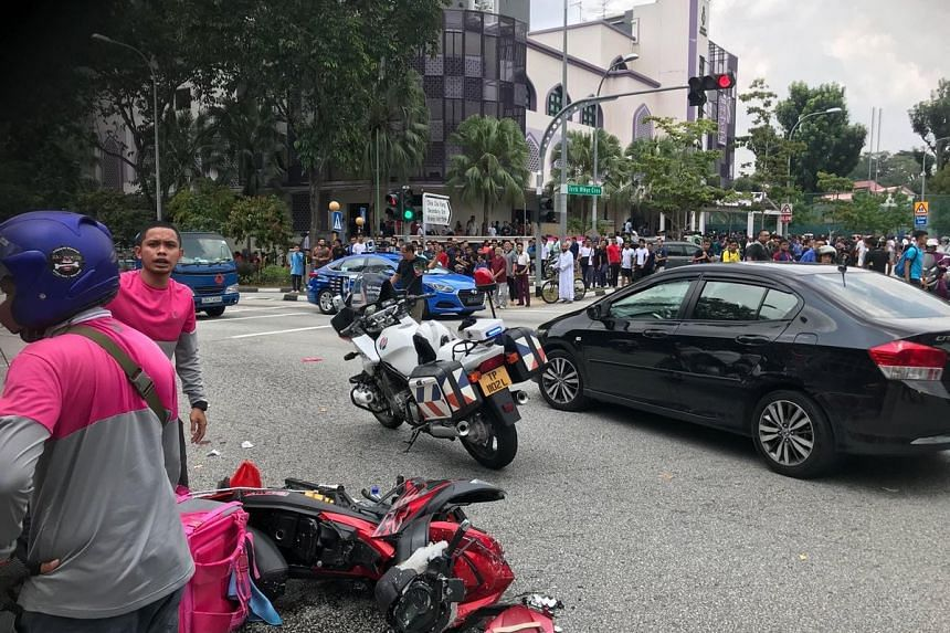 A motorcyclist, believed to be a delivery rider for food delivery firm Foodpanda, was injured in an accident along Choa Chu Kang Drive on Oct 5, 2018.