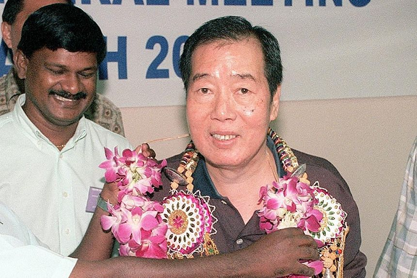 Loh Lin Kok being garlanded upon his victory in the SAAA election in March 2000. He was president from 1981 till 2010, except for two years when Tang Weng Fei served one term.