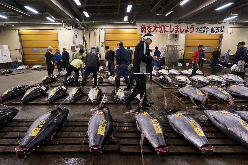 Tokyo fishmongers gathered before dawn yesterday for the final tuna auction at the world-famous Tsukiji market before it closed its doors to move to a new site. It was an emotional moment for veterans at the 83-year-old market, the beating heart of T