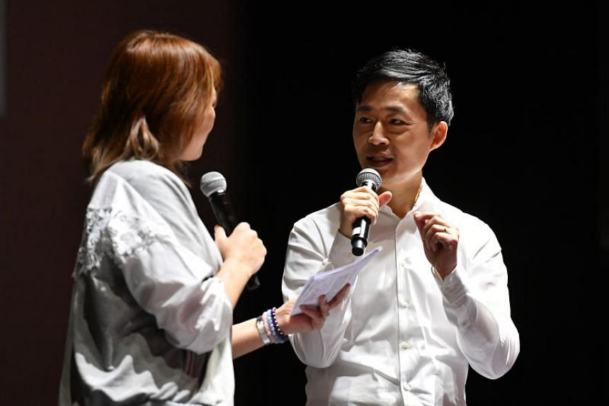 Xinyao pioneer Liang Wern Fook (right) pays tribute to late singer and friend Dawn Gan at a memorial concert held on Oct 14, 2018.
