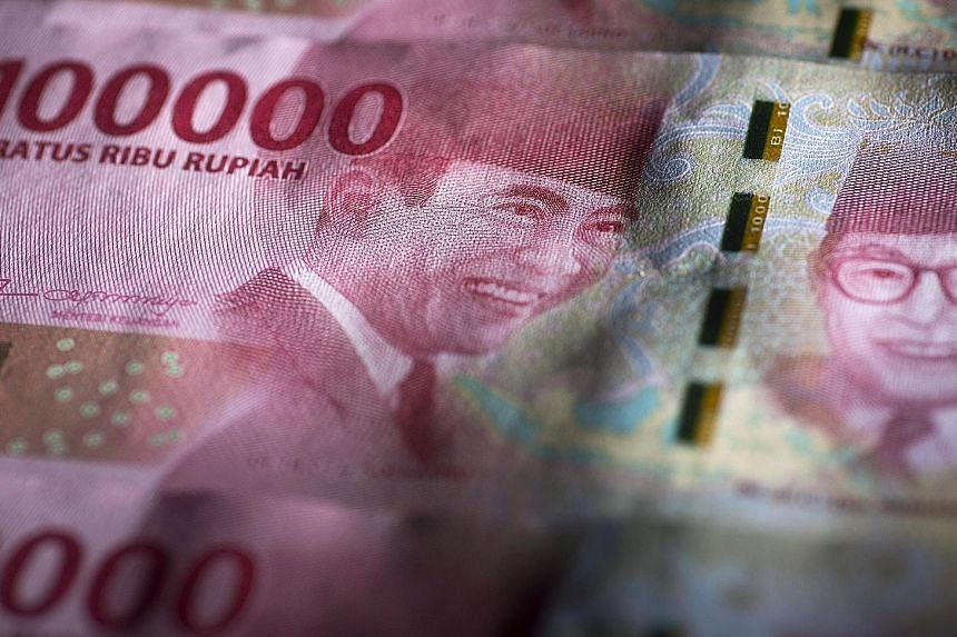 Despite five interest rate hikes totalling 150 basis points, the Indonesian rupiah continues to slide. It has dropped 12 per cent since the beginning of the year, breaking the psychological barrier of 15,000 rupiah to the US dollar.