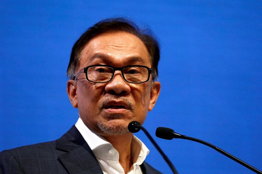 Datuk Seri Anwar Ibrahim said people, especially students from institutions of higher learning, should have an open mind, and should not rely on only one source of information, such as newspapers or televisions.