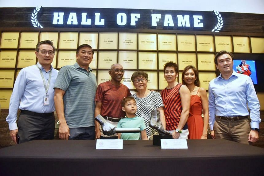 Former national sprinter C. Kunalan and his family pose for a group photo with Singapore Sports Hub CEO Oon Jin Teik (left), SportsSG CEO Lim Teck Yi (second from left), Singapore Athletics president Tang Weng Fei (right).