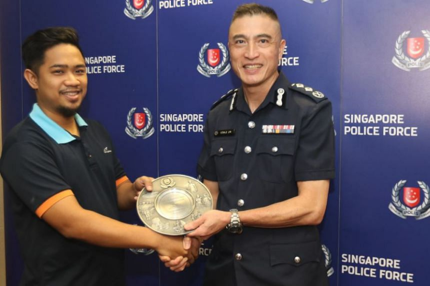 Senior Assistant Commissioner Gerald Lim, commander of Traffic Police, presenting the award to Mr Sukarno Arsad on Oct 19, 2018.