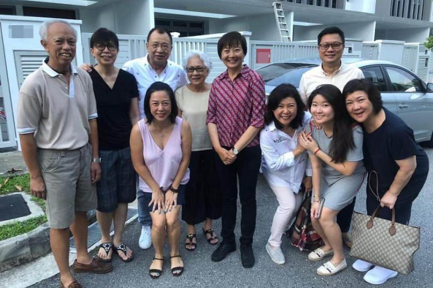 Nee Soon GRC MP Lee Bee Wah (middle, in red) took a group photo with veteran actor Benz Hui (third from left, in white) on Oct 21, 2018. The photo comprises Hui's family and residents who were with Ms Lee.