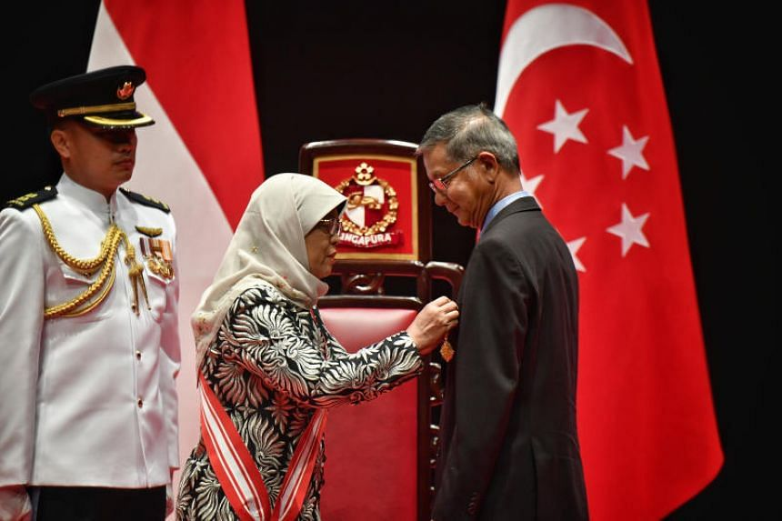 President Halimah Yacob giving the Meritorious Service Medal to Mr Khoo Teng Chye, executive director for the Centre for Liveable Cities, Ministry of National Development, on Oct 28, 2018.