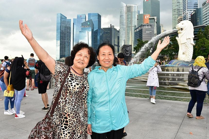 Chinese tourists posing for photographs with the iconic bull statue in New York City. Fewer Chinese tourists visited the US during the National Day holidays from Oct 1 to 7 this year. In Ctrip's ranking of the most popular overseas destinations for C