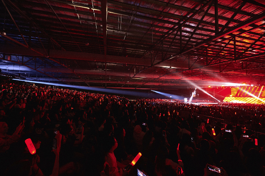 The crowd at the iKon Singapore concert.