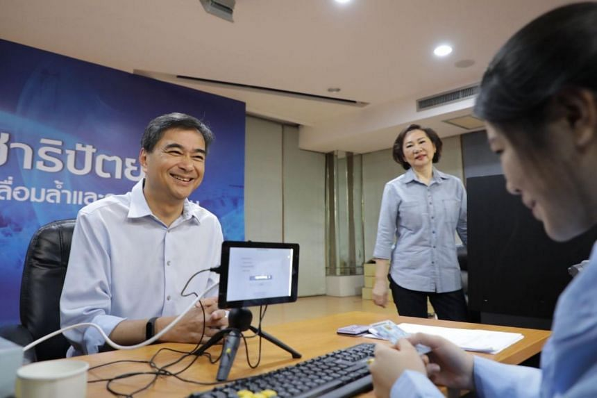Abhisit taking part in voting for Democrat leader at the party's headquarters on Nov 9, 2018.