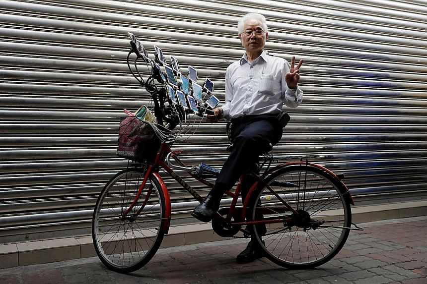 Mr Chen San-yuan turns heads as he cycles through a suburb of Taipei, Taiwan's capital. The reason? Attached to the front of his bicycle are 15 mobile phones which Mr Chen, 70, uses to simultaneously play the augmented-reality game Pokemon Go. The sm
