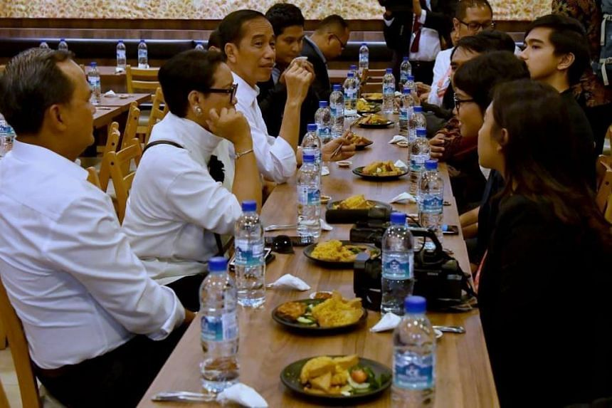 Before diving into the hustle and bustle of the 33rd Asean Summit and related meetings, Indonesian President Joko Widodo sat down for a lunch of deep fried duck from Bebek Goreng Pak Ndut in Lucky Plaza.