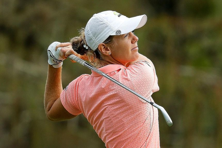 Amy Olson hitting her tee shot at the par-three eighth hole in Thursday's first round of the CME Group Tour Championship.