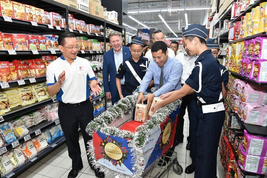 (From left) Mr Seah Kian Peng, FairPrice CEO, Mr Wilfred Blackburn, Prudential Singapore CEO and Minister for Social and Family Development Desmond Lee at FairPrice Xtra Jurong Point on Nov 21, 2018.