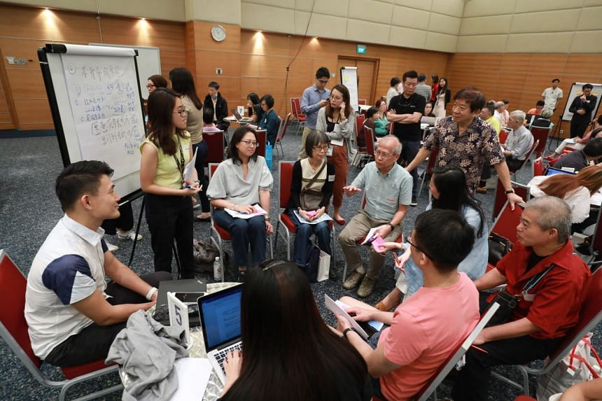 Transport Minister Khaw Boon Wan spoke at a focus group discussion on the transport system which was attended by more than 50 Lianhe Zaobao readers.