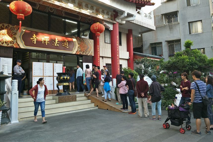 People queue to cast their votes at Tongfa Temple in Zhongzheng district in Taipei on Nov 24, 2018.