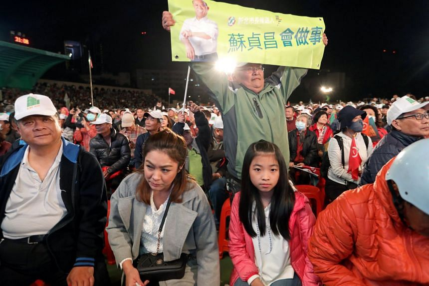 Above: Supporters of the Democratic Progressive Party's New Taipei City mayoral candidate Su Tseng-chang at his campaign rally yesterday.