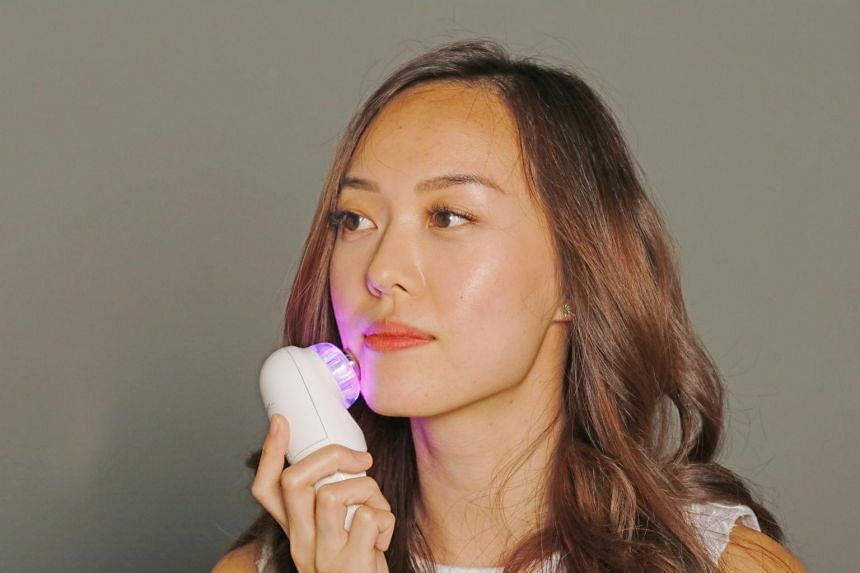 Skin Inc's Optimizer Voyage Tri-Light++ is a handheld device that uses five different lights - three targeted lights and two power combo lights - to target multiple skin issues in a 10-minute session.