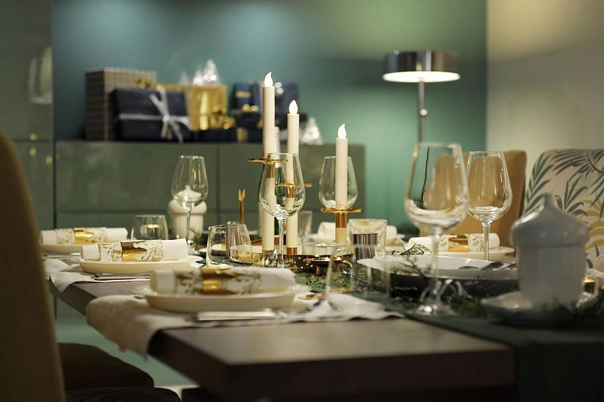 Going with more muted colours such as dark green can look just as festive when setting the table, as long as there are sparkly little accents thrown into the mix.