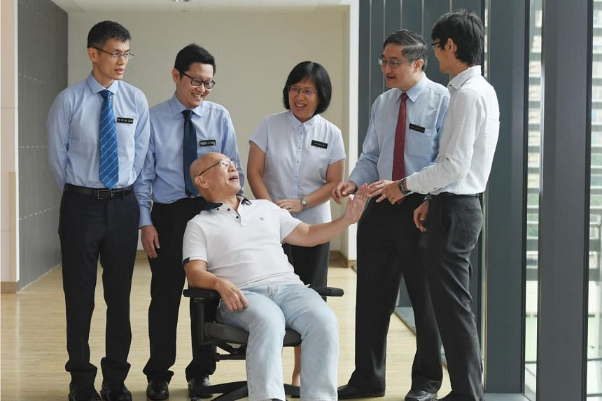 Mr Ong Chee Fatt (seated) with doctors from the National Heart Centre Singapore (NHCS) and Singapore General Hospital (SGH). In November 2016, Mr Ong became one of the first few patients to undergo treatment for chronic thromboembolic pulmonary hyper