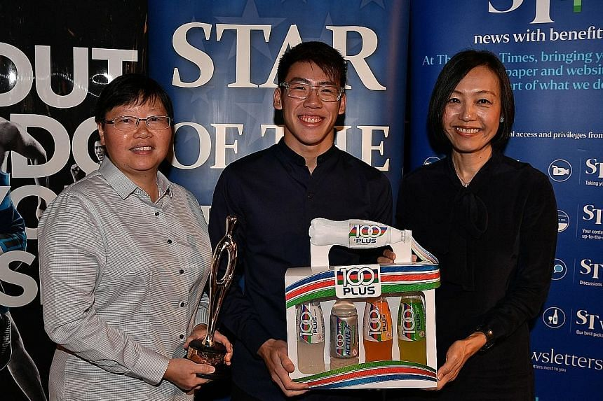 National diver and The Straits Times Star of the Month for November Jonathan Chan receiving his trophy and prize from ST Sports Editor Lee Yulin (left) and F&N Foods general manager Jennifer See. He recorded a personal best of 438.55 points to win th