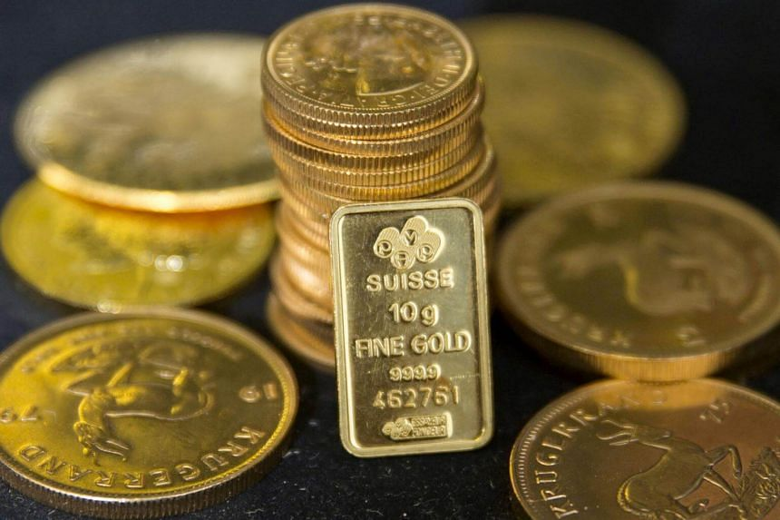File photo showing gold displayed at a precious metal dealer in London, Britain, on July 21, 2015.