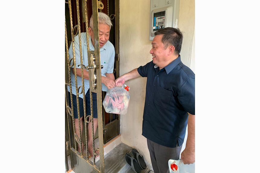 Several residents had their water supply temporarily disrupted at 10am on Wednesday, after the leak at Block 101 Potong Pasir Avenue 1. A crisis response team from the constituency, which included MP Sitoh Yih Pin (above), delivered water to some aff