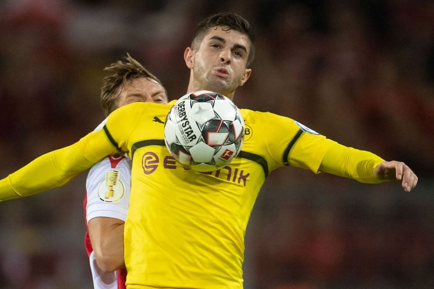 Pulisic controls the ball during a match between Borussia Dortmund and Union Berlin.