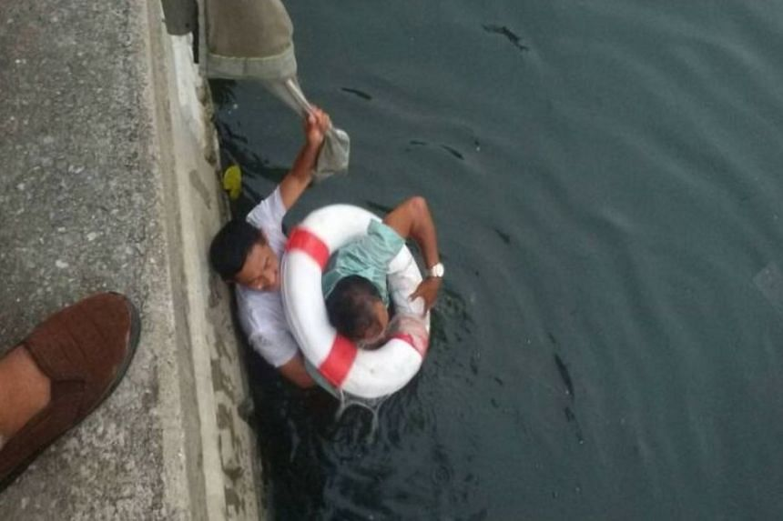 Mr Sanguan Kaenreung did not hesitate to leap into the cold waters of the Khlong Phadung Krung Kasem canal to rescue Mr Somkid Khaoyai while police and others were standing on the bank formulating a rescue plan.