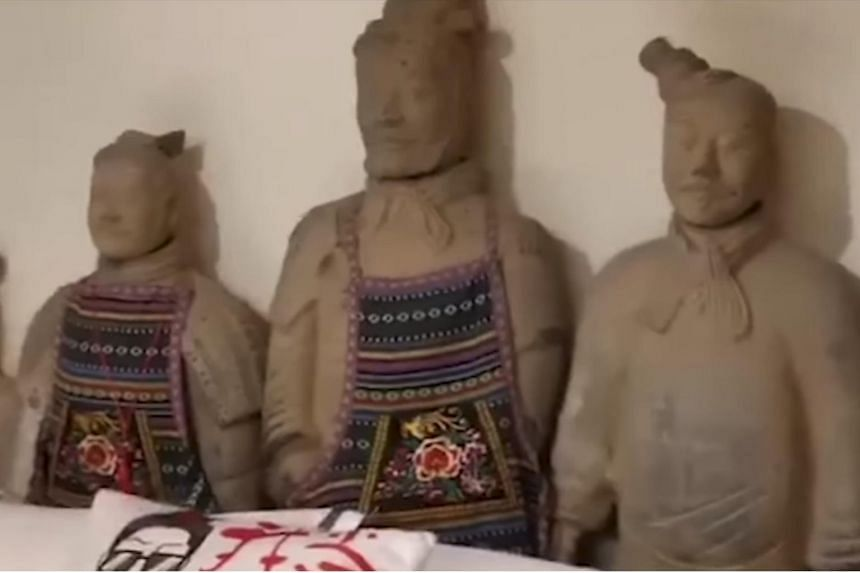 A hotel in Xi'an features three terracotta warrior themed suites, with more than 200 warrior replicas placed under the beds, the wash basins, in front of toilet seats and in the walls.