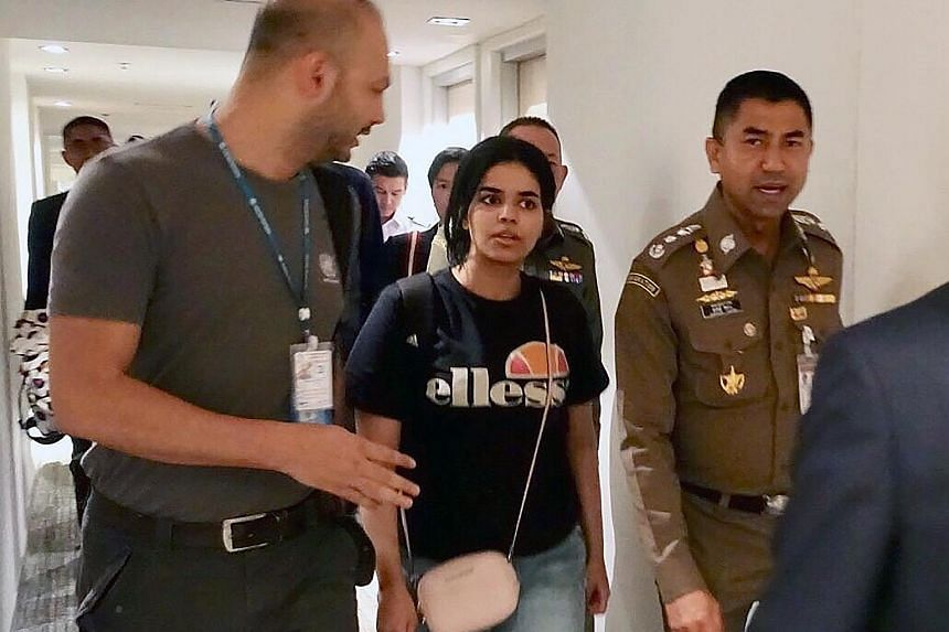 Rahaf Mohammed al-Qunun, accompanied by Thai Immigration Police Chief Surachete Hakparn (right) and an unidentified United Nations officer, leaving the transit hotel at Bangkok's Suvarnabhumi international airport yesterday.