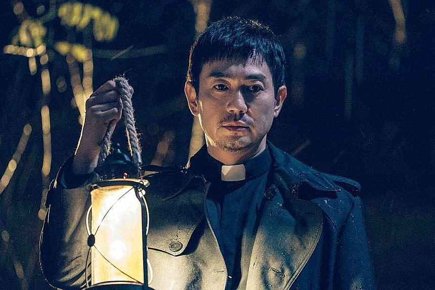 Park Yong-woo fights evil spirits that possess patients in a hospital in Priest.
