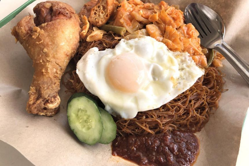 Gu Zao Wei You Tiao Economic Bee Hoon and Nasi Lemak offers affordable but simply delicious food. This selection of bee hoon, curry vegetables, fried sunny side-up egg and fried drumstick costs $4.50.
