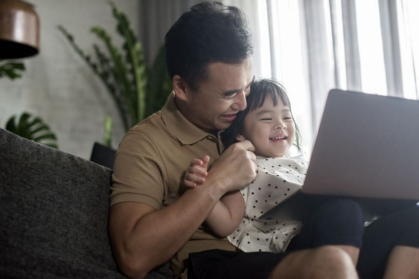 Parents of children aged 18 to 24 months who want to introduce digital media should choose high-quality programming and watch it with their children to help them understand what they are seeing.