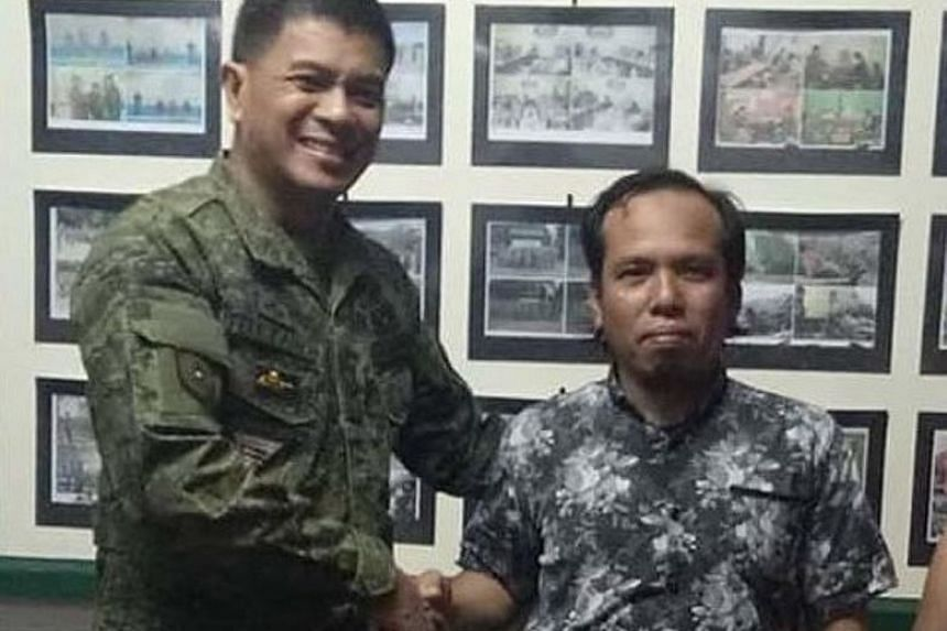 Brigadier-General Ariel Felicidario, acting commander of Joint Task Force Basilan, with Indonesian Samsul Saguni, who was rescued on Tuesday. Mr Samsul was kidnapped on Sept 11 by Abu Sayyaf from a Malaysian fishing boat near Semporna, Sabah.