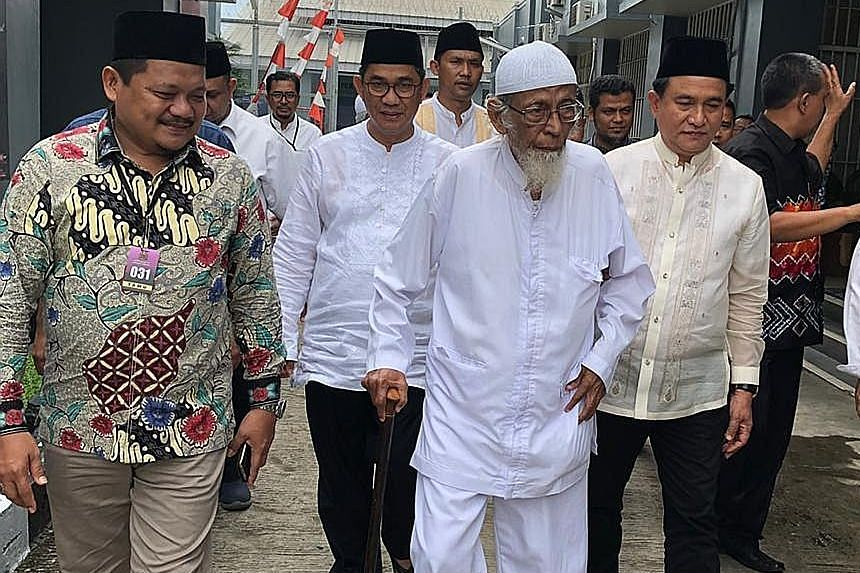 Cleric Abu Bakar Bashir (with cane) with Professor Yusril Ihza Mahendra (in cream shirt) of the Jokowi-Ma'ruf presidential campaign team at the Gunung Sindur prison outside Jakarta yesterday.