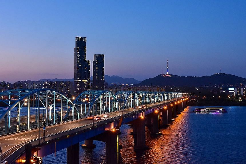 Seoul Station (top) and Dongjak Bridge spanning the Han River in Seoul. The river and the station were top on the itinerary of places that Mayor Park Won-soon said he would like to show North Korean leader Kim Jong Un.