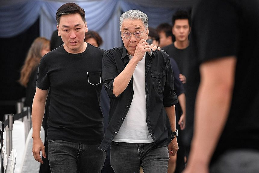 Among the celebrities who came to pay their respects were actors Rayson Tan (left) and Chen Shucheng.