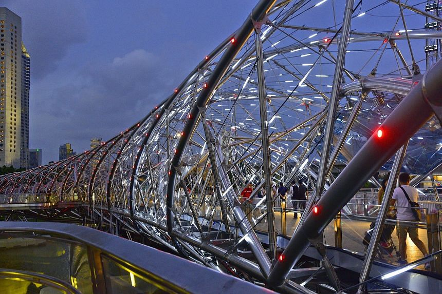 The Time Vortex by Vendel & de Wolf (The Netherlands) is loacted at The Helix bridge.