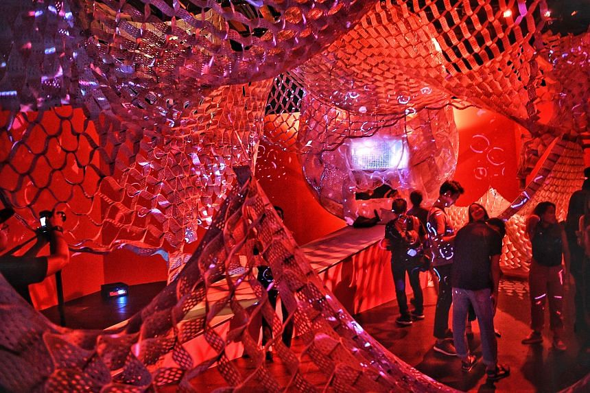 Talking Cheongsams, by Galina Mihaleva and Hedren Sum, features artistic interpretations of cheongsams from the National Collection and two mannequins clad in interactive cheongsams. Sonic Womb by Randy Chan is a structure bathed in deep red hues sus